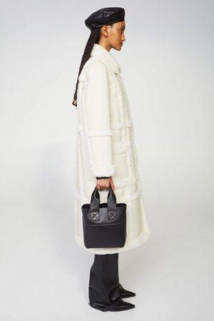 Hvit 70-talls fuskekåpe med ytterlommer Stand Studio - 61100-9010 patrice coat faux shearling/faux fur