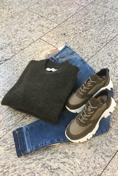 Beige eller olivengrønn sneackers Shoe Biz - urith Genser fra Samsøe Samsøe og jeans fra Mos Mosh
