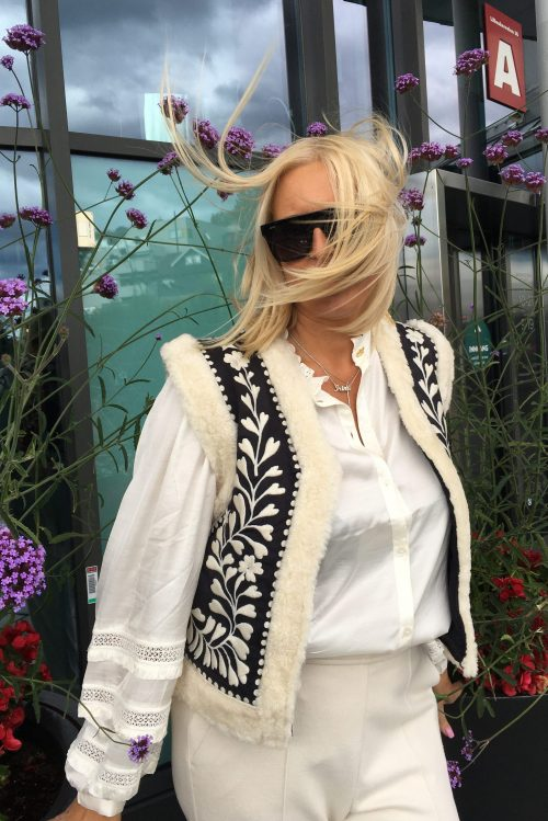 Krem/sort mønstret vest Fabienne Chapot - james gilet Kremfarget viskose/modal bluse med engelsk blonde Fabienne Chapot - amelie blouse Offwhite comfy jersey bukse Cambio - 6202 0222-00 ava 32