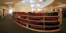Szabadpolcok a Tudásközpont könyvtárában