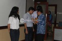 Penyematan simbolis nomor peserta Pemilihan Abang & Mpok Depok 2012