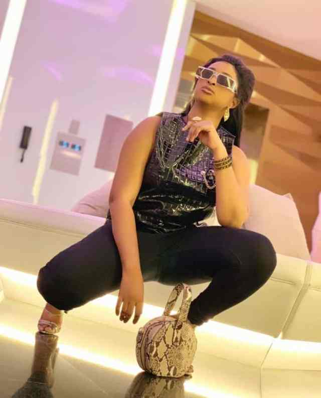 Actress Etinosa spotted begging for a picture with Davido (Video)