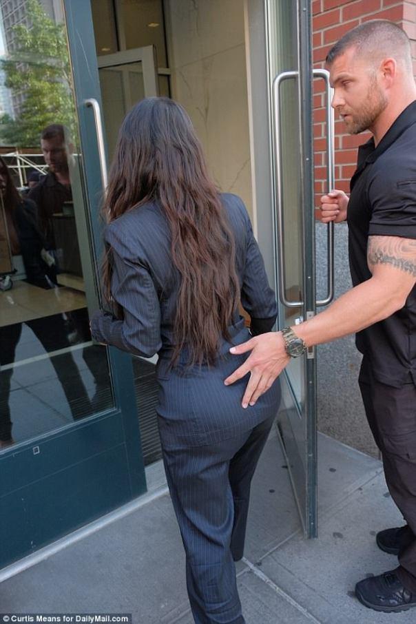 Kim Kardashian Security Guard Pictured Touching Her Butt (2)