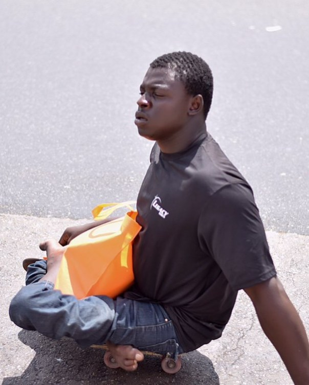 Fella Makafui Went Round The Streets Of Accra Giving Out Gifts To Handicaps (8)
