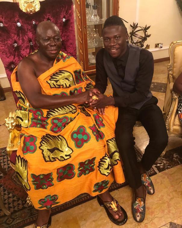 Stonebwoy Poses With Otumfuo Nana Osei Tutu II