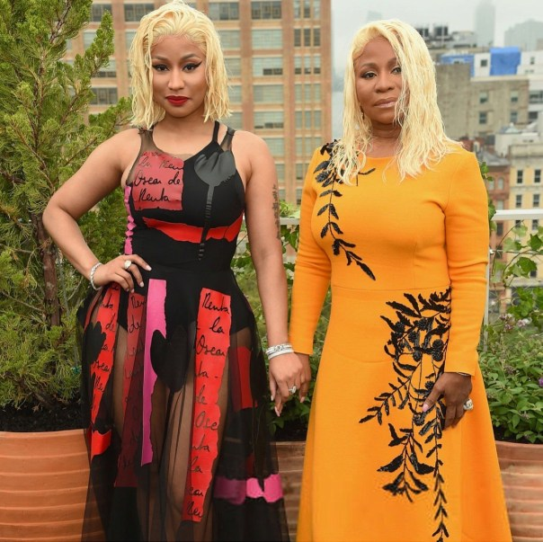 Nicki Minaj And Mother Twinning With Platinum Blonde Wet Hair (3)