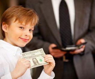 Мальчик получил деньги за оценки в школе