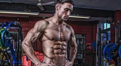 hombre entrenando esteroides anabólicos