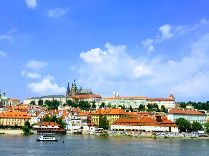 ヴルタヴァ川越しのプラハ城