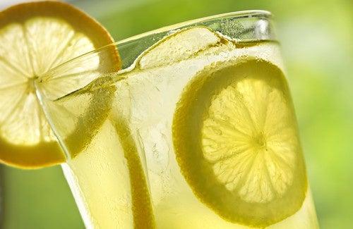 Boire de l'eau tiède citronnée chaque matin : 10 avantages