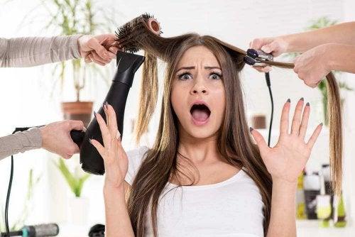 Femme qui se fait coiffer avec des appareils chauffants