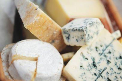 Consommés le soir, les fromages et autres produits laitiers peuvent provoquer des maux de tête nocturnes.