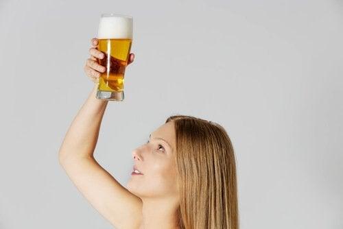 Femme qui tient un verre de bière
