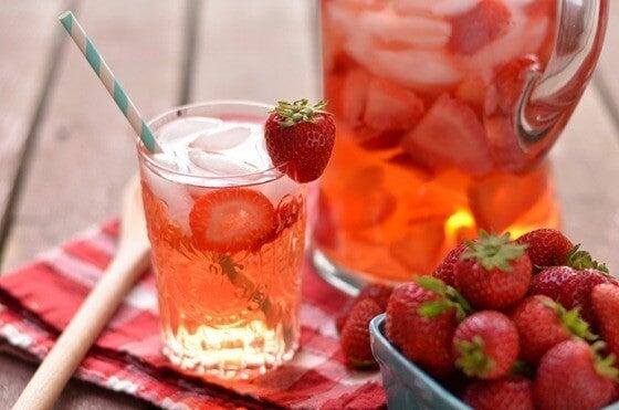 "Strawberry water ""width ="" 560 ""height ="" 371 "" data-recalc-dims="
