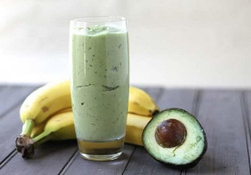 """Tea, avocado and banana smoothie to lose weight """"width ="""" 500 """"height ="""" 350 """" data-recalc-dims="""