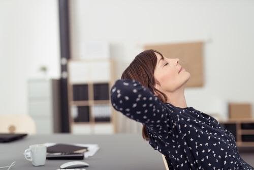 une femme fatiguée au bureau