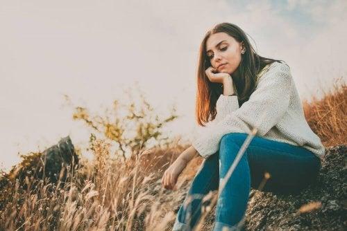 Femme assise dans un champ