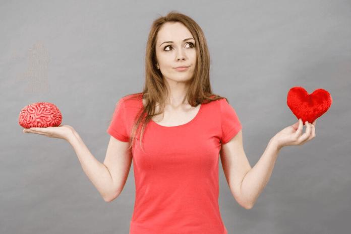 Une femme avec un coeur et un cerveau