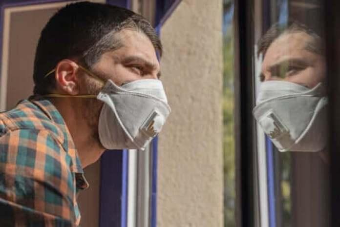 Un homme qui a peur du coronavirus