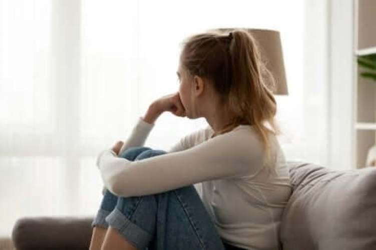 Une femme inquiète d'être mère du fait d'une grossesse psychologique.
