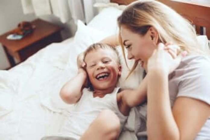 Une mère et son enfant qui rient.
