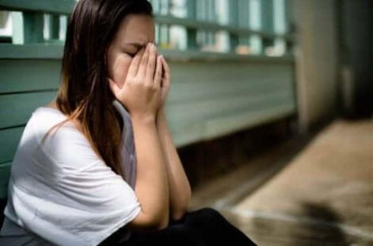 Une femme qui vit une crise d'anxiété.