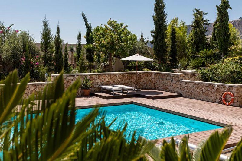 bel aménagement piscine avec cyprès