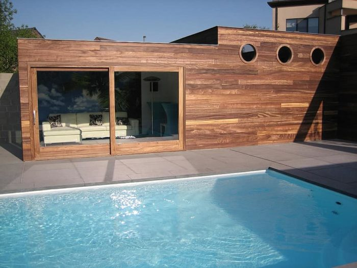 aménagement de piscine avec un abri bois