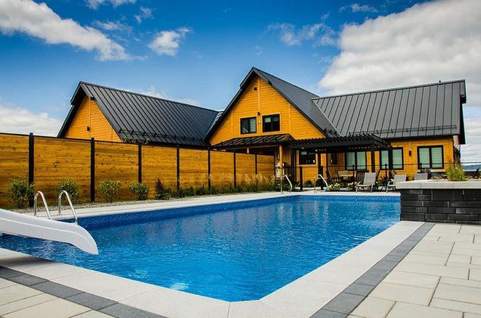 clôture bois dans un aménagement paysager autour d'une piscine