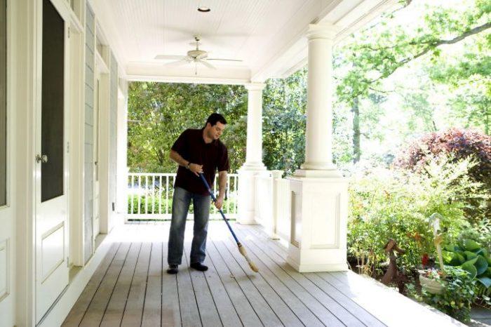 nettoyage d'une terrasse bois au balais