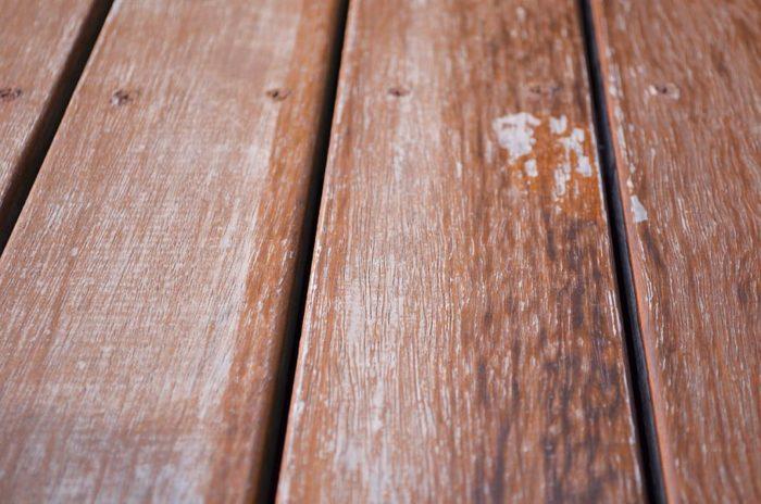 terrasse bois entretenue avec dégriseur et saturateur coloré
