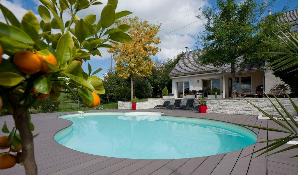 entretien d'une terrasse bois composite de couleur grise autour d'une piscine