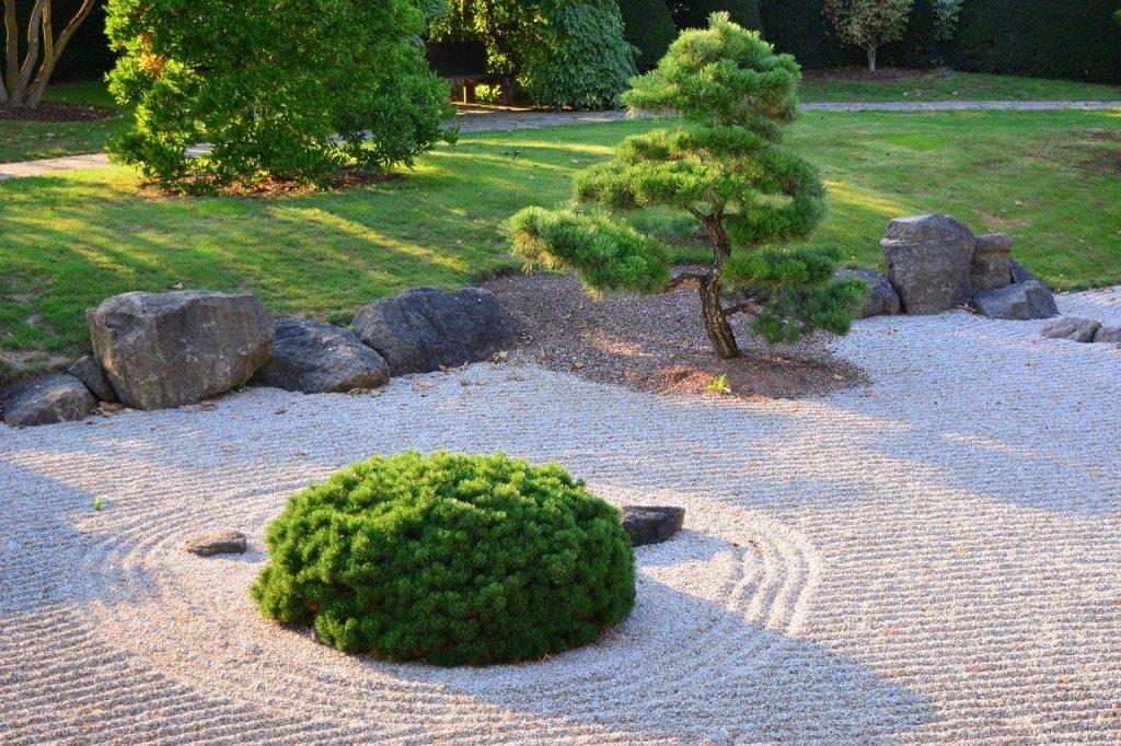 jardin minéral avec l'utilisation d'une toile de paillage sous les graviers
