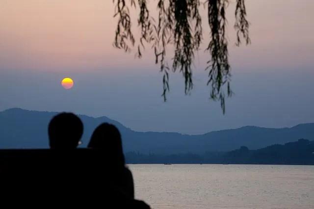 中国の湖とカップル