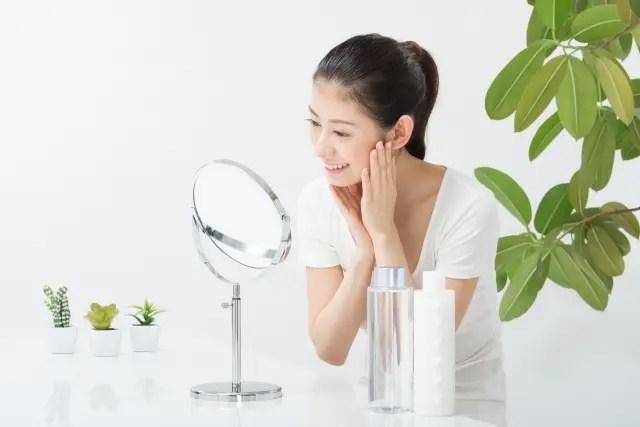 鏡でお肌チェックする女性