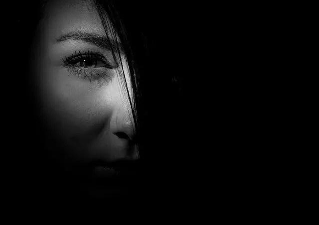 女性の目と影