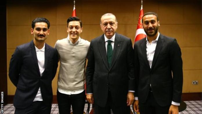 Ozil together with Gundogan and Tosun pose with Turkey president in May [www.amenradio.net]