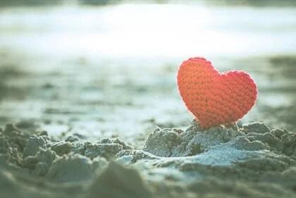 coracao-na-areia-representando-o-amor