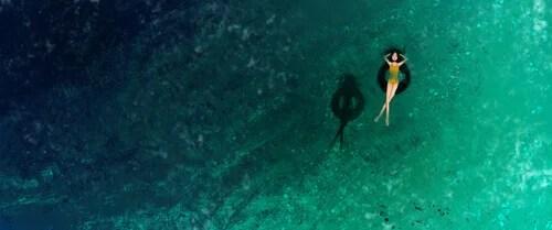 Mujer-tumbada-en-el-flotador-en-el-mar