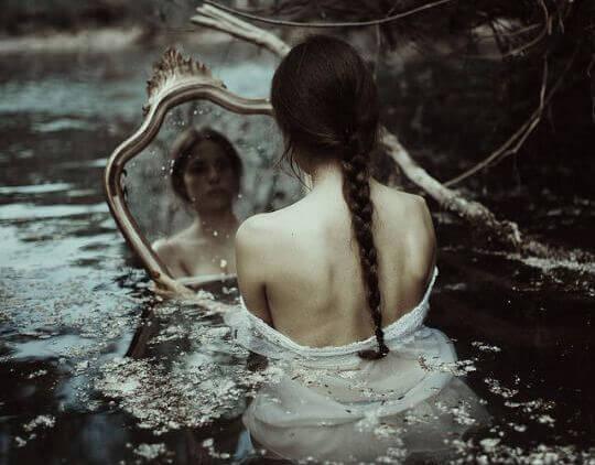 mulher-triste-olhando-espelho