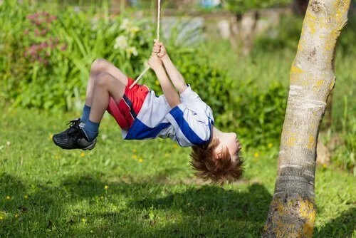 menino-brincando-corda