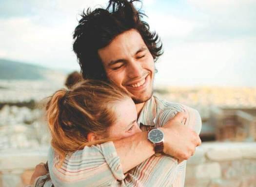 Casal de abraçando carinhosamente