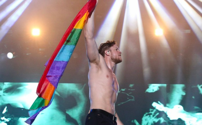 Dan Reynolds de Imagine Dragons sin camiseta.