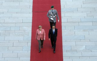China's Premier Li Keqiang and German Chancellor Angela Merkel, left, review the guard of honor during a military welcoming ceremony prior to a meeting of their governments at the chancellery in Berlin, Germany, Wednesday, May 31, 2017. (AP Photo/Ferdinand Ostrop, pool)