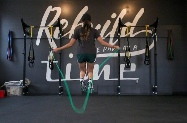 Por qué saltar la cuerda 5 minutos es el mejor ejercicio para quemar calorías