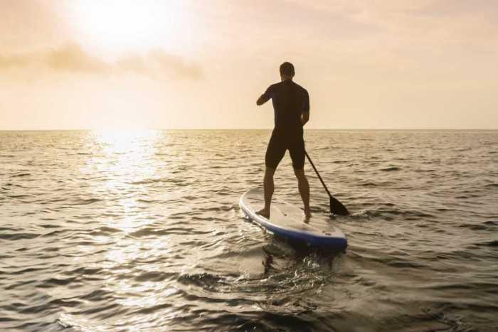 En el lago de Valle de Bravo puedes practicar standup paddle, que consiste en mantener el equilibrio arriba de una tabla de surf mientras te desplazas en el agua