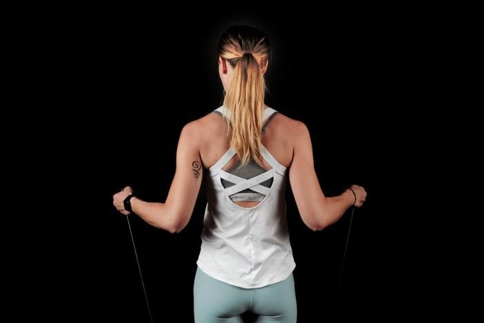 Para elegir el tamaño de la cuerda, ponte de pie en el centro de la cuerda, los mangos deben llegar hasta las axilas.