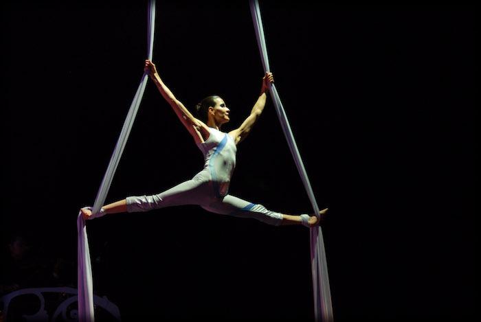 La danza aérea es un entrenamiento funcional, ya que sus ejercicios desarrollan fuerza, flexibilidad, paciencia, concentración y fortaleza mental.