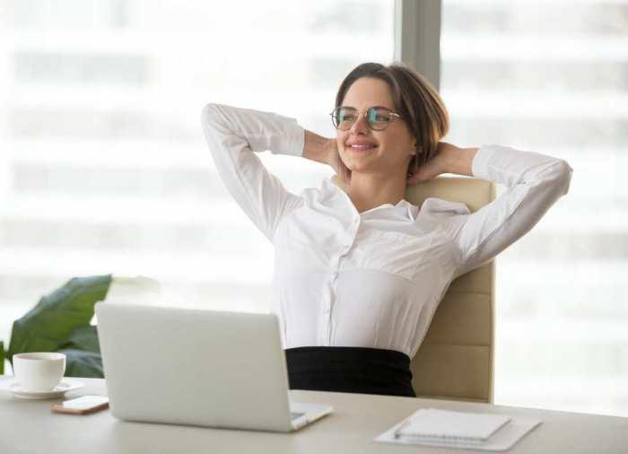Una postura correcta y una silla ergonómica son factores clave para evitar dolores de espalda.