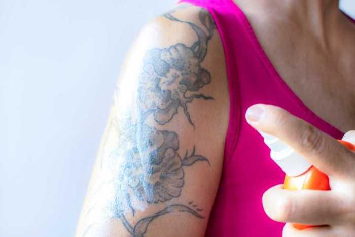 Una vez que el tatuaje esté 100% seco, aplica una ligera capa de pomada o crema para contrarrestar la resequedad y darle brillo al tatuaje